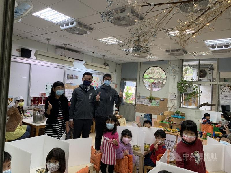 新竹市長林智堅(站立者後左2)8日到新竹市立新竹幼兒園視察學童午餐情形,並宣布發放1萬5000組防疫隔板給轄內公私立幼兒園,守護孩童健康。中央社記者魯鋼駿攝  110年3月8日
