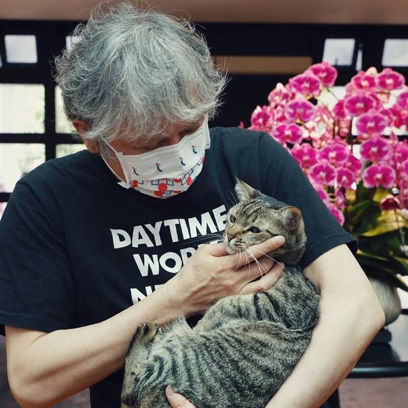 日本當代藝術家奈良美智(圖)8日上午剛與總統蔡英文在總統府共進早餐,更與愛貓「蔡想想」合照。(圖取自instagram.com/tsai_ingwen)