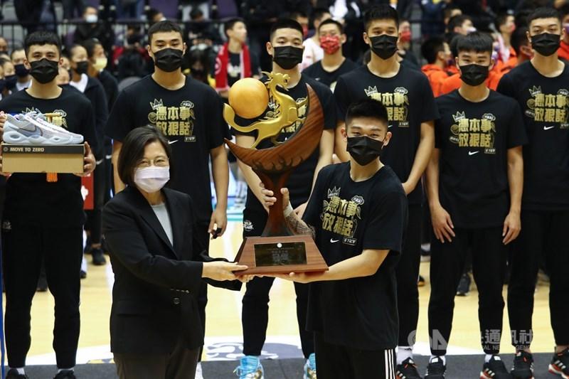 總統蔡英文(前左)7日晚間到台北小巨蛋觀看109學年度高中籃球聯賽(HBL)冠軍戰,並頒發冠軍獎盃給男子組冠軍泰山高中。中央社記者王騰毅攝 110年3月7日