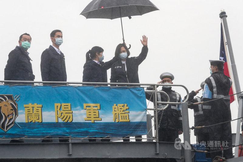 總統蔡英文(左4)8日前往基隆視導「海軍131艦隊」,蔡總統登艦並揮手致意。中央社記者吳家昇攝 110年3月8日