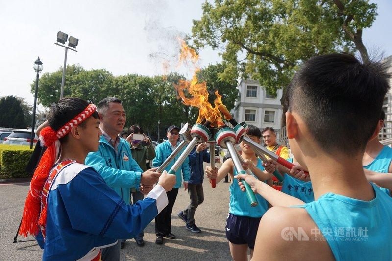 全國原住民族運動會將於19日在宜蘭登場,大會聖火8日抵達金門,由縣長楊鎮浯(左2)迎接並點燃,再傳遞給學生。中央社記者黃慧敏攝 110年3月8日