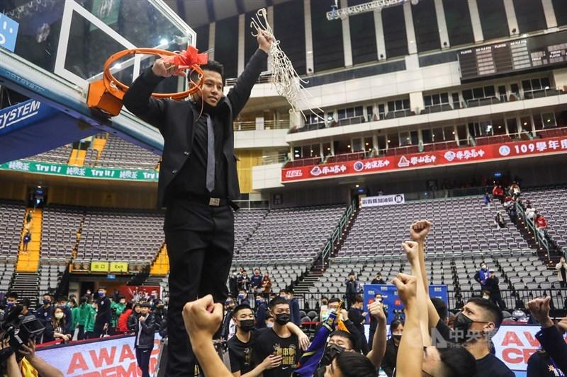 109學年度HBL高中籃球聯賽男子組冠軍戰7日在台北小巨蛋登場,泰山高中擊敗強敵南山高中,勇奪隊史成軍以來的HBL首冠,賽後總教練廖文彬(黑衣)代表剪下籃網慶祝。中央社記者王騰毅攝 110年3月7日