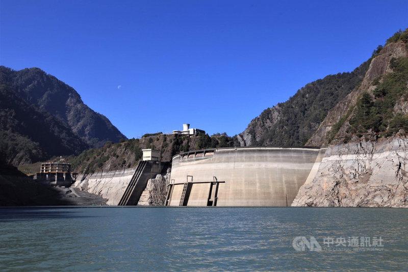 水情持續吃緊,雖有鋒面帶來降雨,但德基水庫獲挹注的水量仍有限,水庫水位屢創新低。(民眾提供)中央社記者趙麗妍傳真 110年3月8日