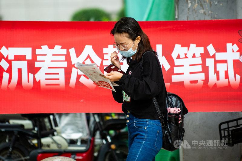 中國的公務員考試有35歲門檻,近年來許多就業單位以此為由,拒絕35歲以上求職者。2021年兩會有全國人大代表呼籲官方取消國家公務員報考的年齡限制,帶頭消除職場年齡歧視。圖為2020年8月在山西太原,參加公務員考試的考生準備進入考場。(中新社提供)中央社  110年3月8日