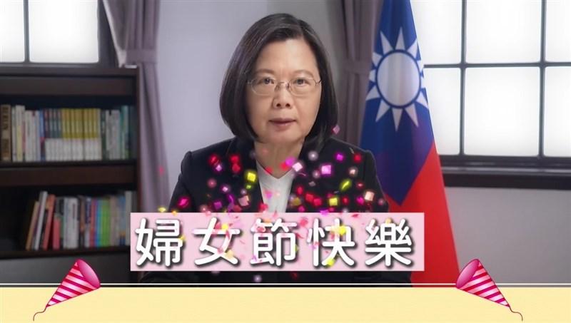 總統蔡英文8日祝福每一位姊妹婦女節快樂;她提到,每次在各個專業崗位上,看到認真堅毅、散發光采的女性,她都由衷感到高興。(圖取自facebook.com/tsaiingwen)
