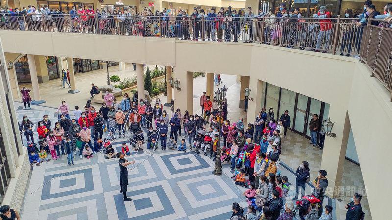受益情影響,許多弱勢團體演出機會減少,募款也不如預期,台中麗寶Outlet Mall邀請惠明樂團和視障演奏者到園區進行演出。圖為街頭藝人在麗寶Outlet Mall演出,吸引民眾圍觀。(麗寶Outlet Mall提供)中央社記者趙麗妍傳真 110年3月8日