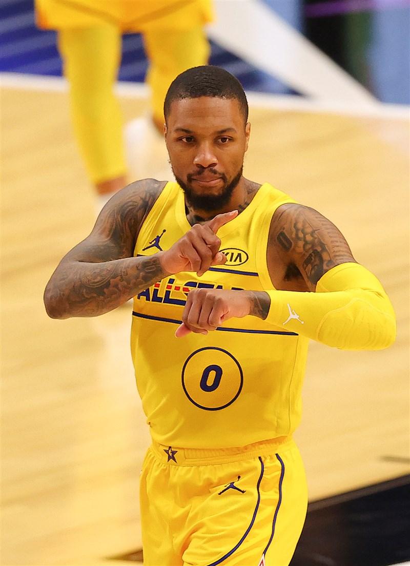 詹姆斯隊靠著「字母哥」安特托昆博彈無虛發的表現,以及里拉德(圖)砍進致勝的大號三分彈,贏下NBA明星賽。(圖取自twitter.com/trailblazers)