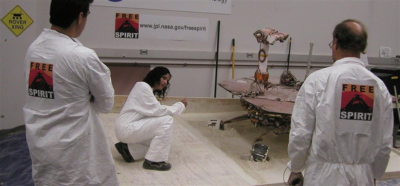 美國國家航空暨太空總署探測車女操作師韋瑪(中)表示,見到越來越多女性申請加入NASA,令她感到振奮。(圖取自NASA噴射推進實驗室網頁jpl.nasa.gov)