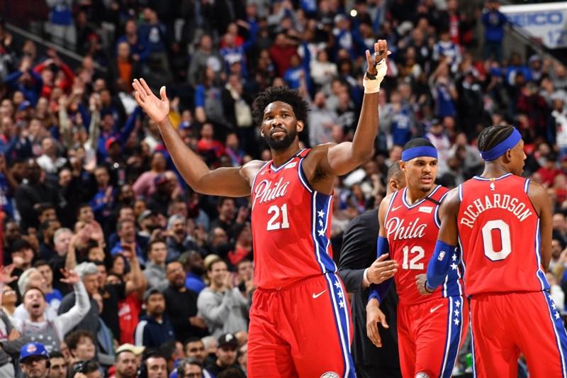 美國職籃NBA明星賽7日將在喬治亞州亞特蘭大登場,但費城76人球星恩比德(前中)和西蒙斯確定無法參賽。(圖取自twitter.com/JoelEmbiid)