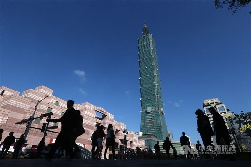 CSRone永續智庫8日發布2020年亞太10國企業永續評比,台灣以永續溫度指數3.55分位居第1,首度奪冠。圖為台北101。(中央社檔案照片)