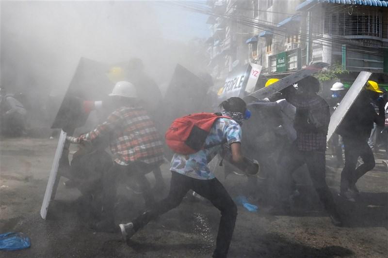聯合國緬甸人權調查員11日表示,自2月1日政變以來,緬甸軍政府至少「殺害」70人。圖為8日緬甸軍警向仰光反政變示威者發射催淚瓦斯。(法新社)