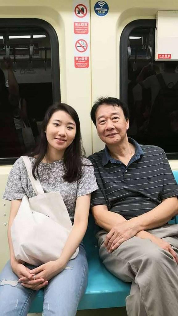 在韓國攻讀博士的台灣女學生曾以琳(左)去年在首爾街頭遭男子酒駕撞死,韓國法院14日對肇事者判處8年徒刑。曾以琳父親曾慶暉(右)說,對判決不滿意。(曾慶暉提供)