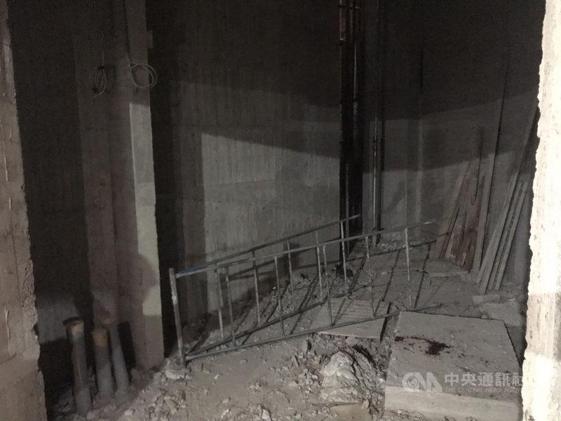 高雄市前鎮區一名水電工人9日在地下4樓拉線時,不慎從合梯墜落,左手開放性骨折,送醫無大礙。勞工局檢查後發現梯腳固定不當,依違反職安法開罰。(高市勞工局提供)中央社記者洪學廣傳真 110年3月9日