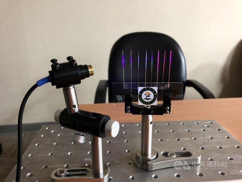 科技部9日舉行研究成果記者會,團隊結合太陽能材料鈣鈦礦與光纖,研發出更輕薄、節能、平價的雷射元件。圖中為直徑100微米的雷射光纖,光纖上面塗滿元素組成比例不同的鈣鈦礦,就能輸出不同波段的光。中央社記者蘇思云攝 110年3月9日