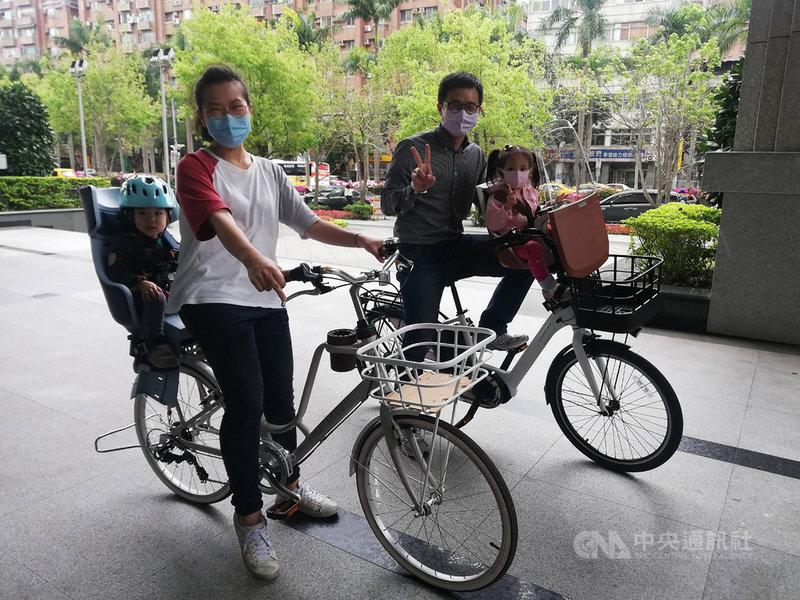 交通部9日在例行記者會說,目前有已有捷安特送審的4 型自行車及6型兒童座椅檢測合格,共24款組合,消費者可依需求選擇,鼓勵家長使用合法的自行車及座椅附載幼童,共同守護下一代的生命安全。中央社記者汪淑芬攝 110年3月9日