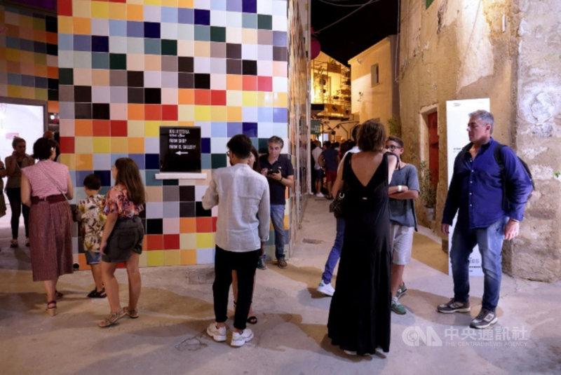 設計師將設計元素帶進義大利西西里島上一座偏遠城鎮「法瓦拉」(Favara),保留既有建築風貌同時打造藝術展演空間,使這座被遺棄的城市搖身一變成為每年吸引逾10萬人造訪的文化之都。(首爾設計財團提供)中央社記者廖禹揚首爾傳真 110年3月9日