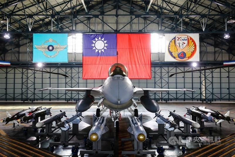 國軍報告指出,在各軍種及員額不變原則下,將通盤檢討現有組織,並配合武器獲得期程檢討員額轉至主戰部隊運用。圖為國軍F-16V戰機與各式飛彈等裝備。(中央社檔案照片)