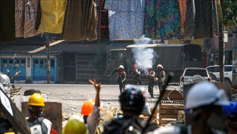 緬甸獨立媒體「今日緬甸」的辦公室8日遭軍警搜查,而包括今日緬甸在內共有5家獨立媒體的執照遭到撤銷。圖為6日示威情形。(安納杜魯新聞社)