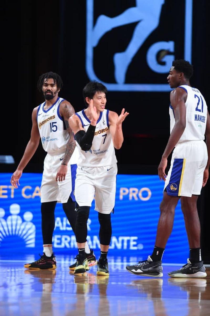 台裔球星林書豪(中)在NBA發展聯盟季後賽首輪,率領聖克魯斯勇士隊以110比81輕取里奧格蘭德山谷毒蛇,晉級4強。(圖取自facebook.com/jeremylin7)
