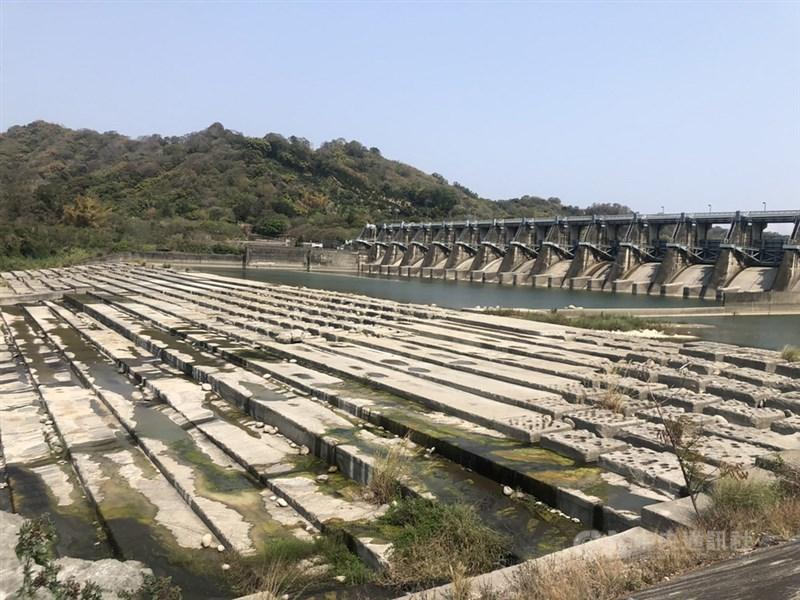 位於大甲溪下游的石岡壩,主要負責調節水量,近來因旱象嚴峻,上游放水量少,下游河床都已露出。中央社記者趙麗妍攝 110年3月10日