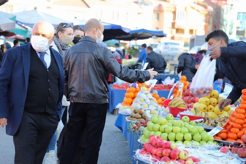 土耳其3月起逐步解除防疫限制後,新增確診病例數連日超過1萬例,回復到與1月初相當。圖為安卡拉坎卡雅區民眾4日上蔬果巿集採買。中央社記者何宏儒安卡拉攝 110年3月10日