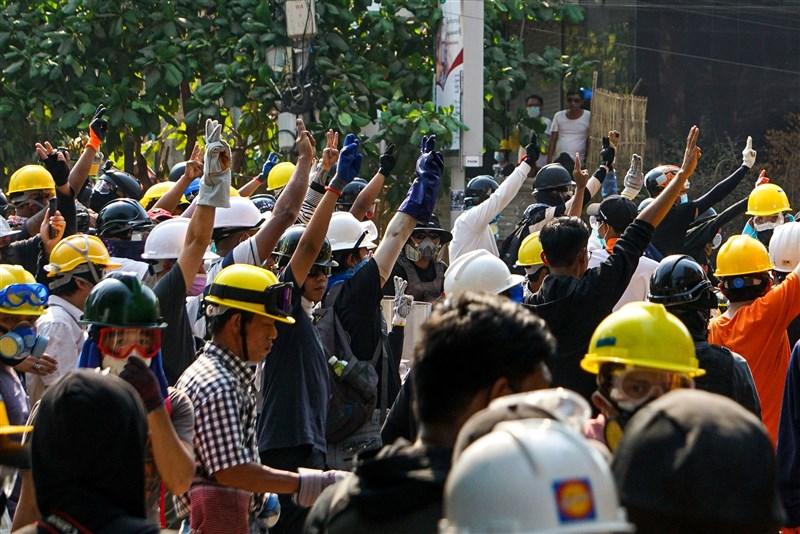 緬甸軍方2月1日發動政變,成千上萬民眾走上街頭抗議,但軍警未見收斂,鎮壓的力道逐漸加重。圖為9日民眾在仰光準備抵禦軍方的鎮壓。(安納杜魯新聞社)