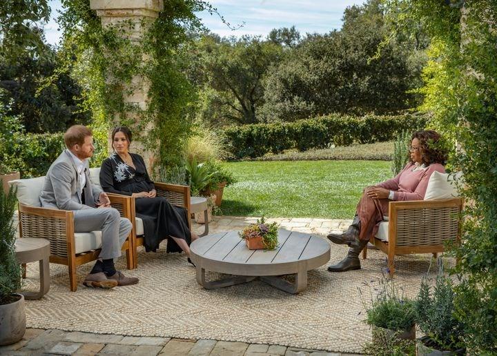 英國哈利王子和妻子梅根接受歐普拉專訪,英媒把梅根的話再三檢視,一一查證時間表和內容。(圖取自facebook.com/oprahwinfrey)