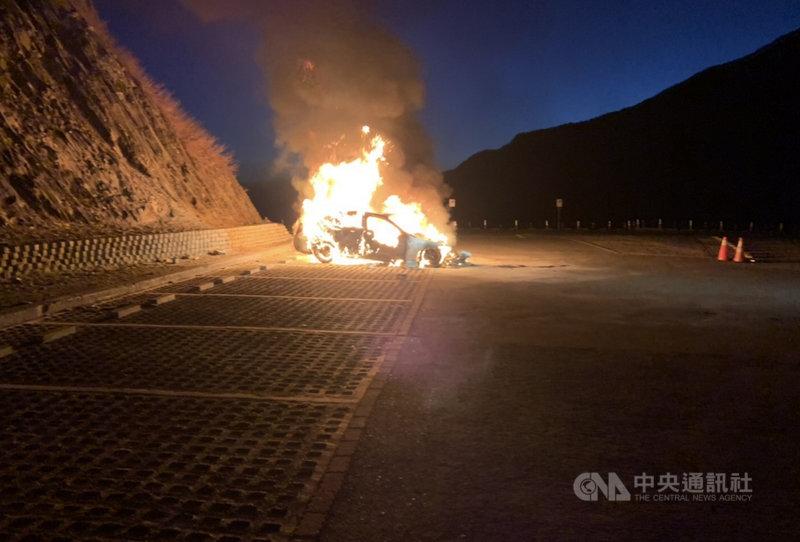 陳姓男子和友人原計畫11日凌晨前往武嶺看日出,陳男把車子停在武嶺停車場沒多久,引擎蓋不斷冒煙,車輛隨即起火,火勢撲滅後,整輛車已被燒到只剩骨架。(翻攝照片)中央社記者吳哲豪傳真  110年3月11日