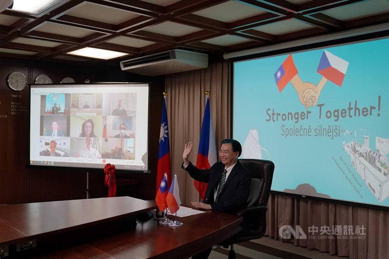 外交部長吳釗燮11日與捷克參議長維特齊在線上共同主持台灣捐贈捷克口罩生產線啟用儀式,並與參加儀式的捷克貴賓互動。(外交部提供)中央社記者鍾佑貞傳真  110年3月11日