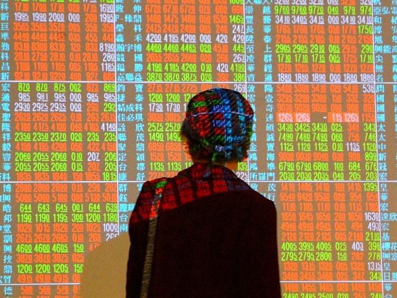 台股11日在電子股回歸多頭陣營下開高走高,盤中最高大漲304點,終場勁揚267.89點,重回16000點。(中央社檔案照片)