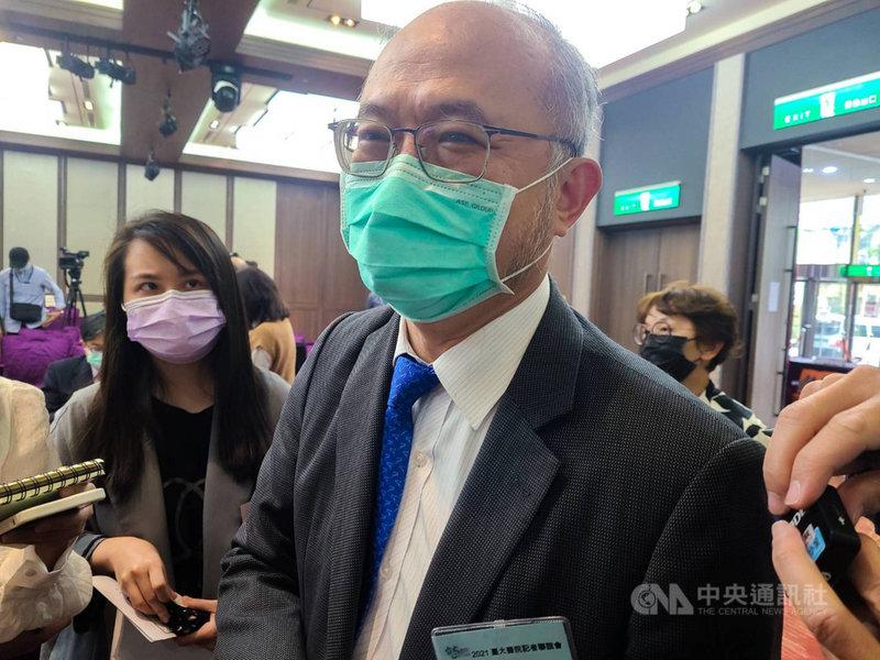 牛津AZ疫苗開打在即,醫事人員接種意願引發關注。台大醫院院長吳明賢(前右)12日接受媒體聯訪時表示,他本身就是疫苗接種第一順位,只要有疫苗,他一定帶頭施打。中央社記者張茗喧攝 110年3月12日