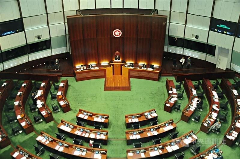 香港政府13日公布新選制草案,對號召選民投廢票、不投票者最高量刑3年。圖為香港立法會。(中央社檔案照片)