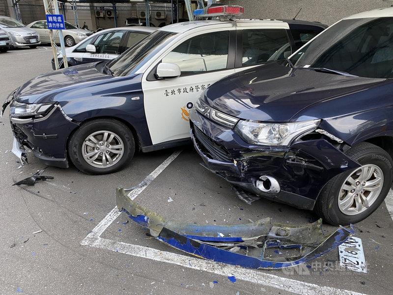 45歲洪姓男子13日清晨駕車衝撞台北市政府警察局文山第一分局門口,之後轉進警局後方停車場,造成13輛警用機車、2輛警用汽車受損。(警方提供)中央社記者劉建邦傳真 110年3月13日