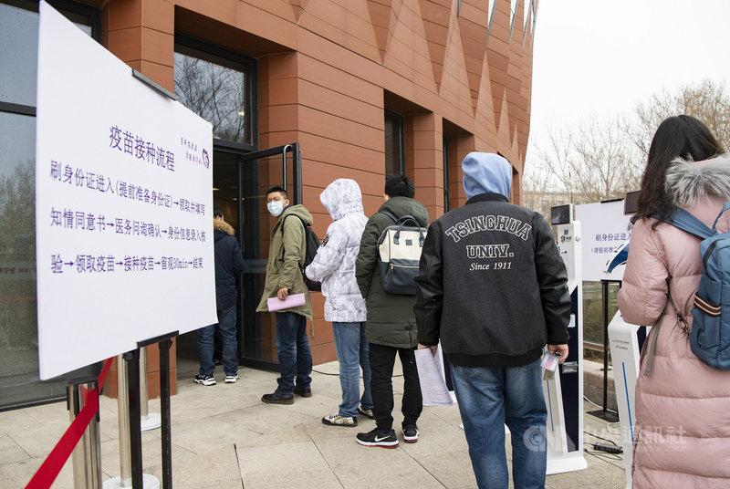 陸媒13日報導,中國疾控中心主任高福表示,面對全球COVID-19疫情蔓延,中國應帶頭做到群體免疫。不過中國目前接種進度不如預期。圖為北京清華大學3月展開為全體學生接種疫苗。(中新社提供)中央社 110年3月13日