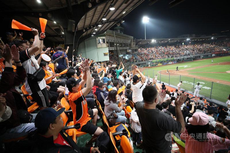 萬眾矚目的中華職棒32年開幕戰13日晚間在台南球場展開,湧入滿場的7800名觀眾,球迷們在看台賣力為支持球隊加油打氣。中央社記者張新偉攝 110年3月13日