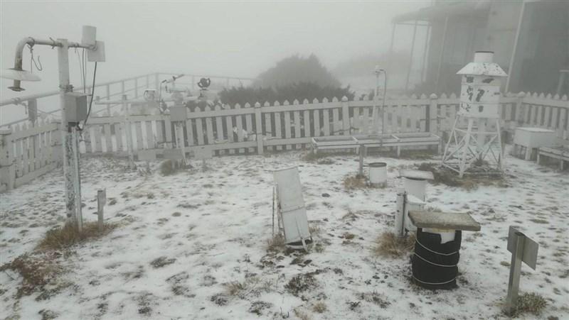 中央氣象局表示,玉山氣象站13日下午1時25分開始降雪粒,大地染成銀白世界。(中央氣象局提供)中央社記者余曉涵傳真 110年3月13日