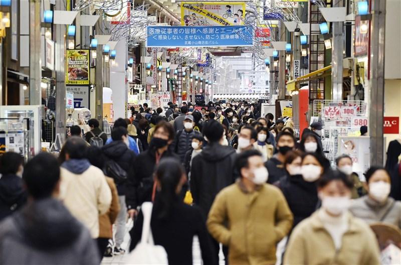 日本東京都13日通報新增330起2019冠狀病毒疾病確診病例,連續4天逾300例。圖為東京都品川區武藏小山商店街13日的人潮。(共同社)