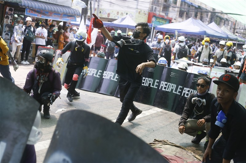 目擊者和媒體報導指出,13日至少有6名示威者遭到安全部隊射殺。圖為13日緬甸仰光上街反政變的示威者。(美聯社)