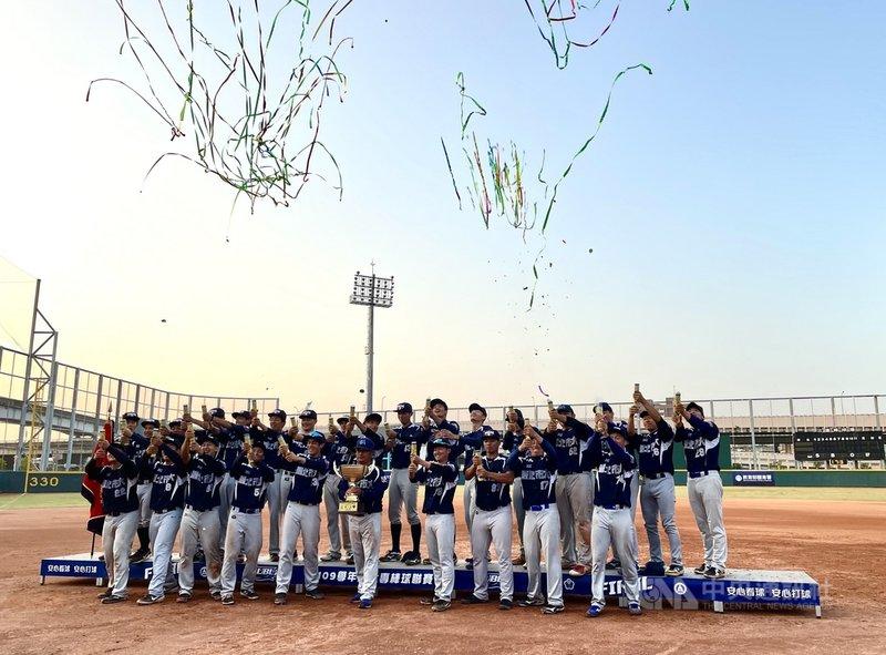 109學年度大專棒球聯賽(公開一級)冠軍戰14日在三重棒球場舉行,台北市大以8比1擊敗國立體大,拿下睽違21年的冠軍。中央社記者謝靜雯攝 110年3月14日