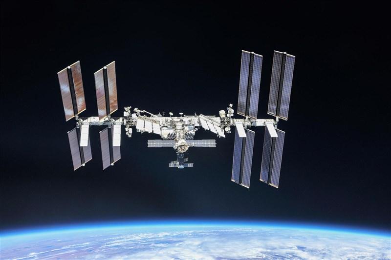 日本北海道大學主管透露,緬甸發生軍事政變後,他們擔心替緬甸打造的首枚升空衛星遭軍政府利用於軍事用途,已將這枚衛星暫時留置在國際太空站。圖為國際太空站。(路透社)