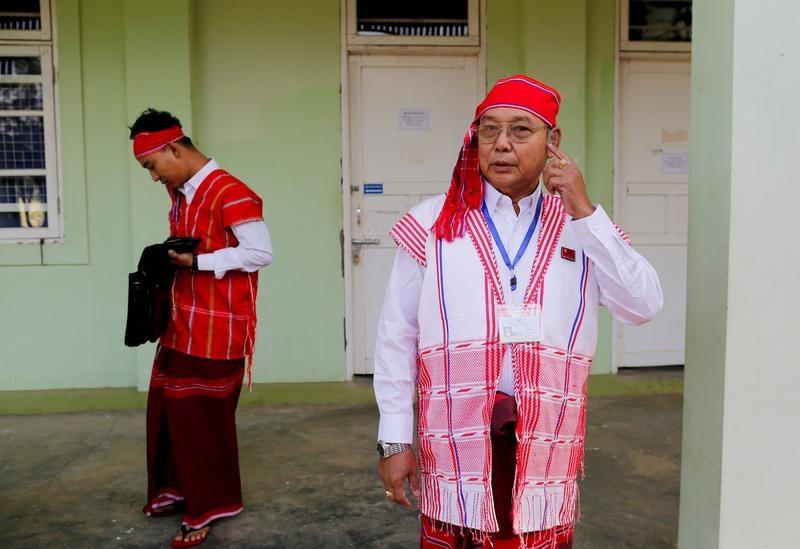 遭罷黜國會議員推舉的緬甸平行文人政府臨時領導人曼溫凱丹(右),13日誓言訴諸「革命」推翻軍政府統治。圖為2016年檔案照片。(路透社)