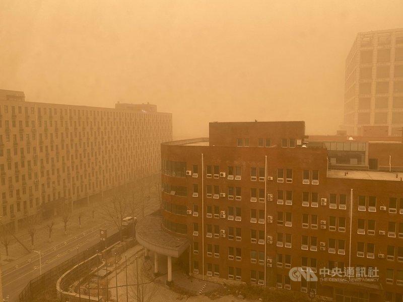 北京15日發布沙塵暴黃色預警,大部分地區能見度小於1公里。中國氣象局證實,這是近10年中國遭遇強度最強的一次沙塵暴,範圍也是近10年最廣。圖為北京昌平區沙塵暴景象。中央社記者繆宗翰北京攝 110年3月15日