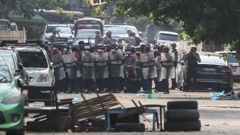 緬甸第一大城仰光的萊達雅區14日下午示威情勢混亂,數十人遭到軍警鎮壓死亡,緬甸軍方晚間宣布萊達雅區進入戒嚴狀態。圖為13日緬甸軍方在仰光強勢鎮壓示威民眾。(安納杜魯新聞社)