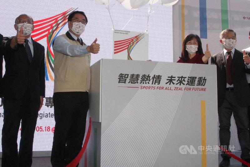 110年全國大專校院運動會5月將在台南舉行,主辦單位國立成功大學15日公布結合智慧科技的「防疫三部曲」相關措施,台南市長黃偉哲(左2)與成大校長蘇慧貞(右2)等人出席。中央社記者楊思瑞攝  110年3月15日