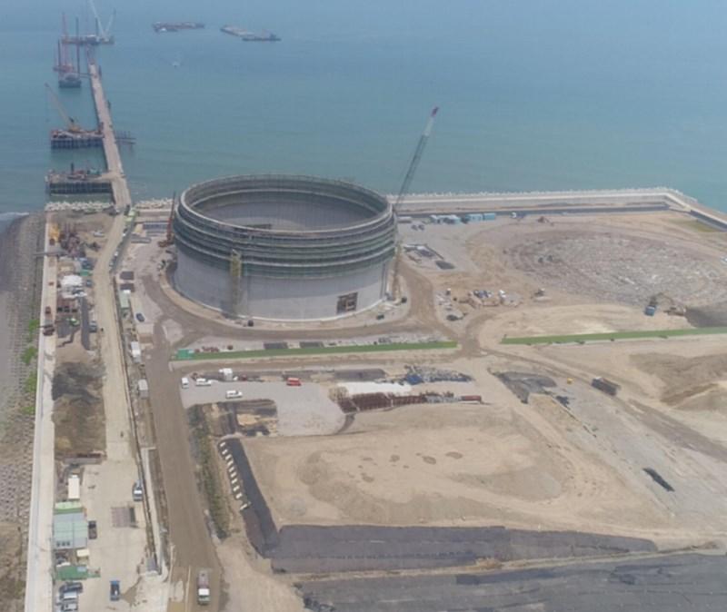 政院人士28日表示,中油公司第三天然氣接收站外推方案,須經過行政立法協調會報討論,預計最遲5月中旬出爐。圖為三接開發工程。(圖取自中油網頁cpc.com.tw)