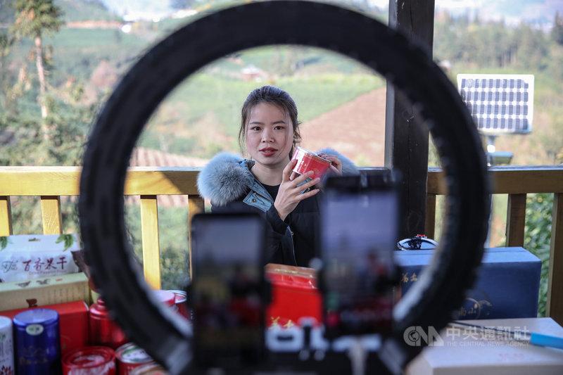 中國官方15日公布全新的電商監管辦法,包含直播影片須保存3年、保護個資與嚴禁平台壟斷。新法預計5月1日上路。圖為今年1月一名直播主在貴州拍攝直播帶貨影片,販售貴州的茶葉。(中新社提供)中央社  110年3月16日
