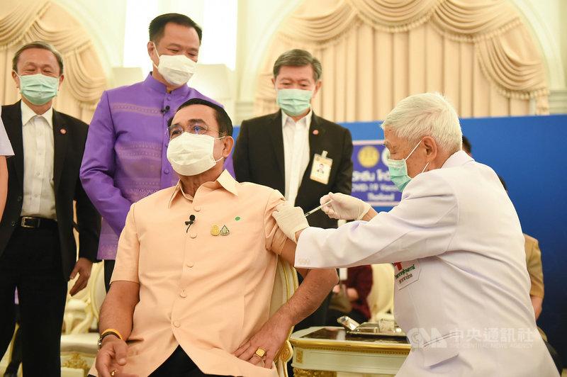 泰國總理帕拉育(左)16日在總理府接種英國藥廠阿斯特捷利康(AstraZeneca)2019冠狀病毒疾病(COVID-19)疫苗。(泰國總理府提供)中央社記者呂欣憓曼谷傳真  110年3月16日
