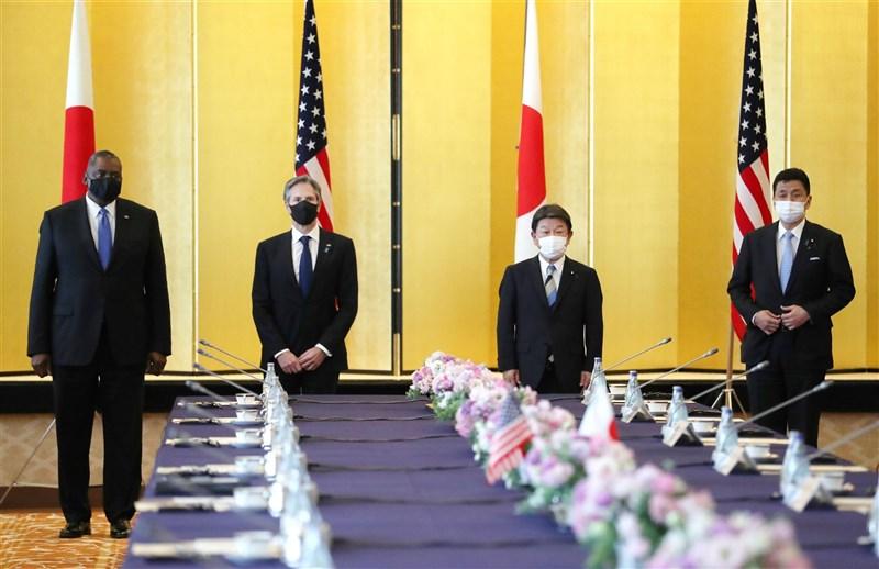 「日美安全保障協議委員會」16日由美國國務卿布林肯(左2)及國防部長奧斯汀(左1)與會,日本方面由外務大臣茂木敏充(右2)及防衛大臣岸信夫(右1)與會。(共同社)