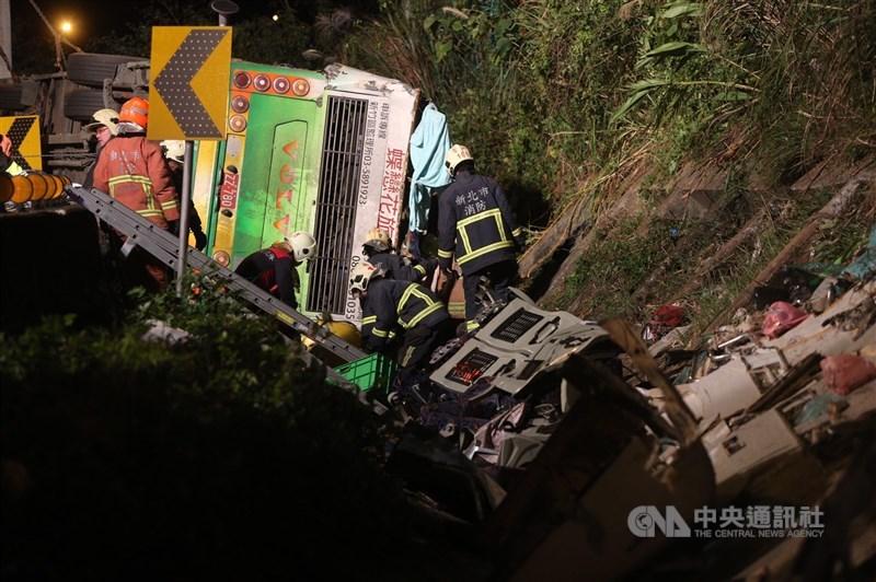 2017年2月13日的「蝶戀花」遊覽車翻覆,當時遊覽車載著44名乘客,有33人死亡。(中央社檔案照片)