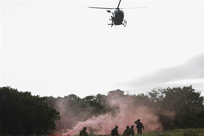 美國國防官員表示,中國加速軍事現代化對台灣構成明確日增的威脅,但美國的介入恐怕只會讓北京加劇施壓。圖為美軍演習。(圖取自美國國防部網頁defense.gov)